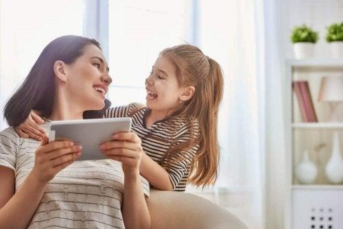 Mamma e figlia con un tablet