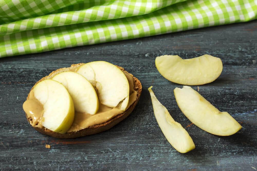 Mela tagliata a fette con crema di arachidi