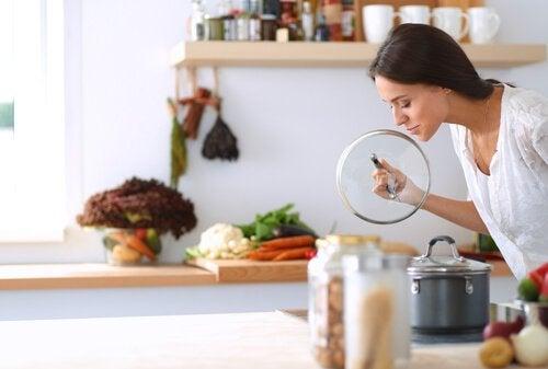 4 trucchi per eliminare i cattivi odori dalla cucina