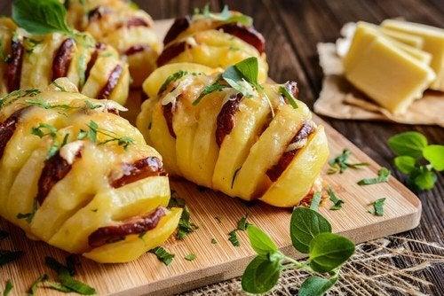 Patate farcite con chorizo e formaggio: provate questa ricetta!