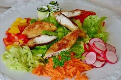 Petto di pollo con verdure.