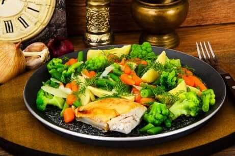 Pollo con verdure per perdere peso rapidamente.