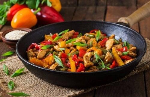 Pollo saltato con verdure