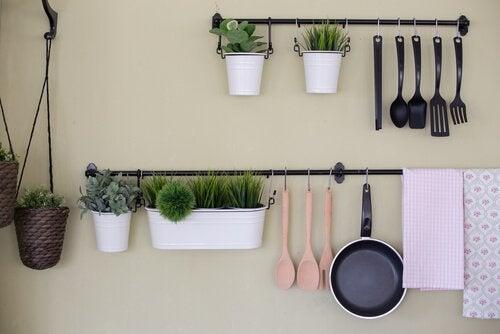 Mensola da cucina: 4 modi economici per crearne una