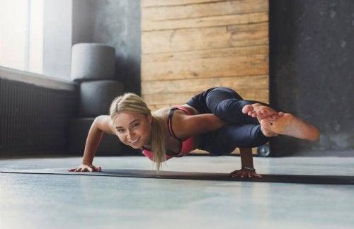 Posizione yoga degli otto angoli