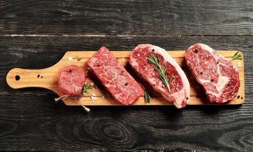 Carne cruda sul tagliere
