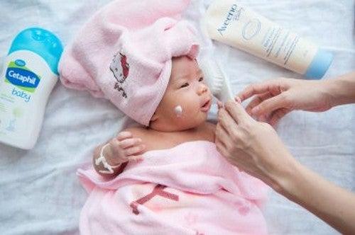 Prime cure del neonato: come accudirlo nei mesi iniziali