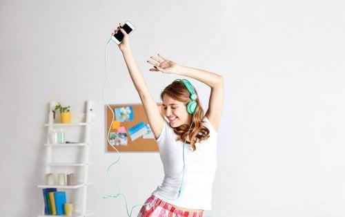 Ragazza balla e ascolta musica