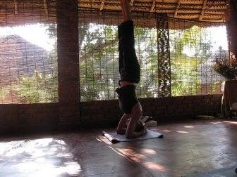 Ragazza che fa verticale per esercizi yoga