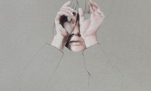 Donna con mani sugli occhi