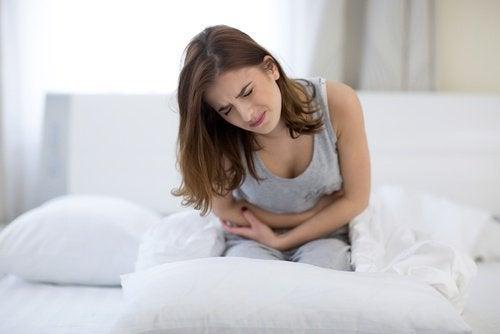 Ragazza con crampi allo stomaco