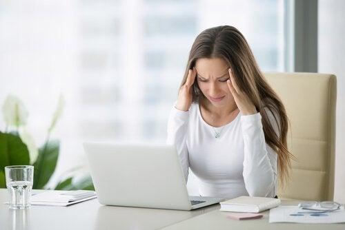 Ragazza stressata al computer