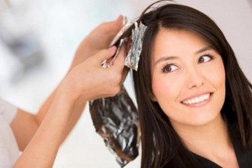 Rimuovere la tinta dai capelli con rimedi naturali