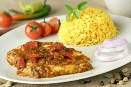 Diete settimanali per perdere peso: riso con pollo al curry.