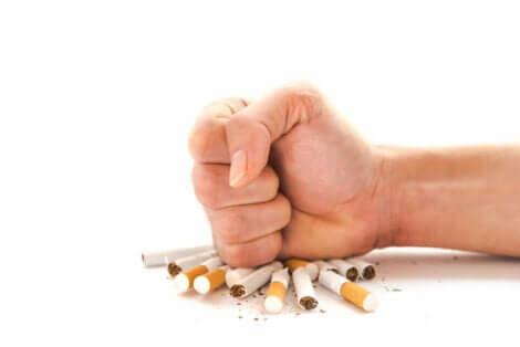 Mano che rompe sigarette.