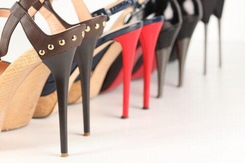 Scarpe con tacchi alti