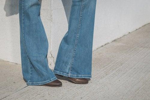 Jeans con scarpe marroni
