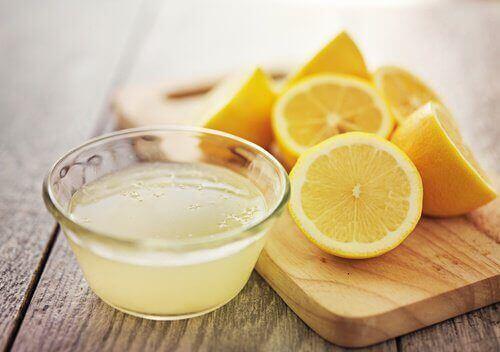Succo di limone e limone tagliato a pezzi
