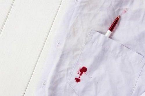 Eliminare le macchie d'inchiostro dai vestiti di vostro figlio