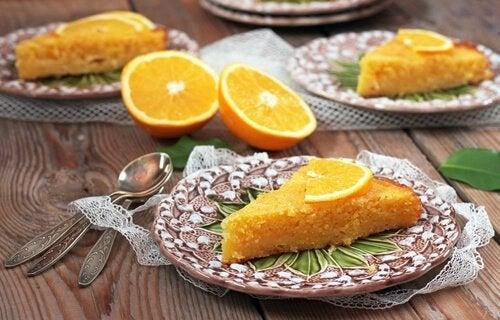 2 modi per preparare una torta all'arancia con ingredienti sani