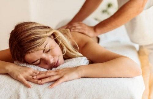 Una ragazza bionda che si fa massaggiare