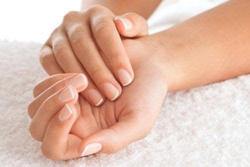 Mani di donna curate