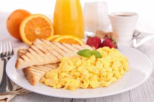 Uova strapazzate a colazione