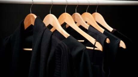 Vestiti neri per combattere il caldo.