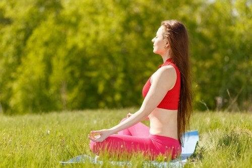 7 posizioni yoga per la felicità: scopriamole insieme