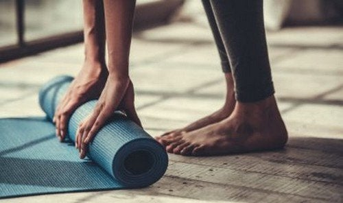 5 posizioni yoga perfette per chi non è molto flessibile
