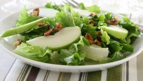 Insalate con mela verde e sedano, deliziose e sane