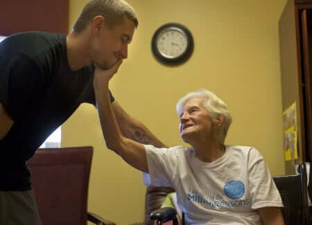 Principio di Alzheimer: donna anziana che accarezza un giovane.