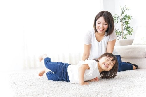 Mamma e figlia giocano sul tappeto