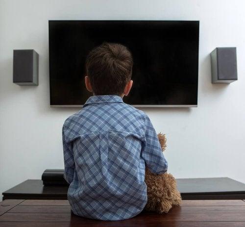 Bambini pigri davanti alla tv