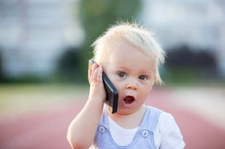 Bambino che si perde: bambino con cellulare.