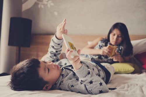 Bambino e madre giocano con tablet