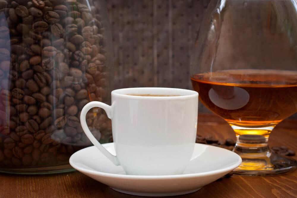 Bicchiere di alcol e caffè