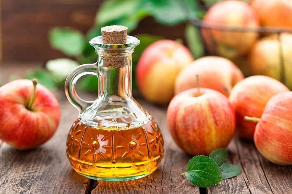 Boccetta contenente aceto di mele e mele