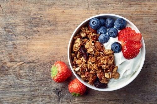 Cereali e frutta per colazione