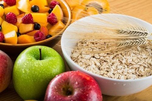 Desayuno saludable con avena y fruta