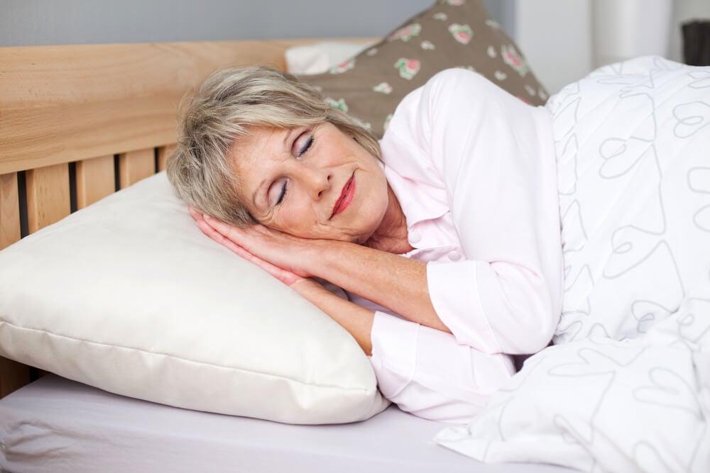 Donna anziana che dorme