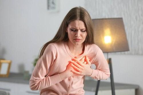 Donna avverte dolore al petto