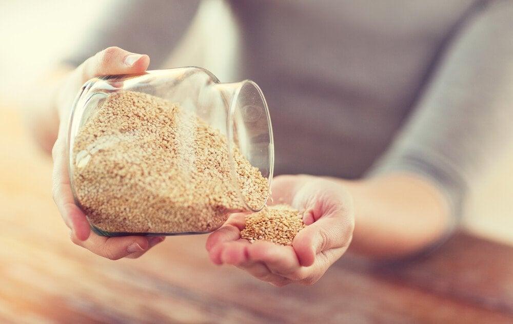 Donna che si versa quinoa nella mano
