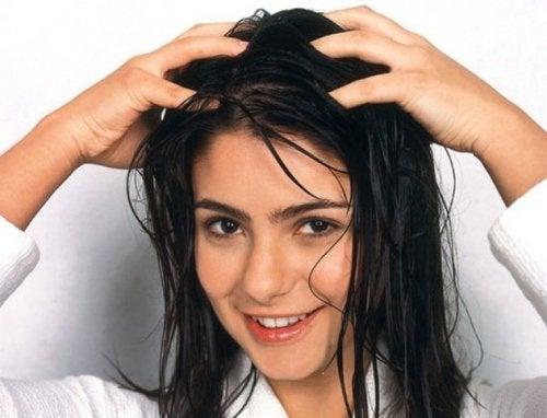 Donna che si massaggia il cuoio capelluto