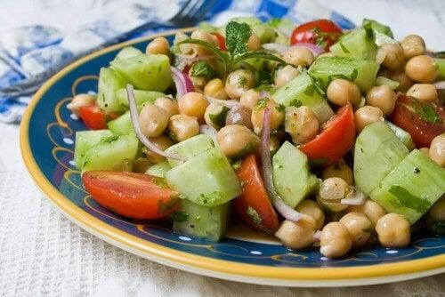 Insalata di legumi: 4 ricette per l'estate e l'inverno