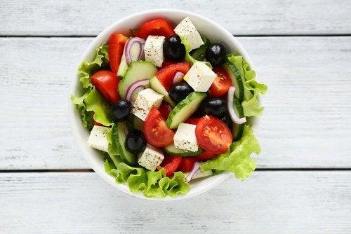 Insalata greca: deliziosa ricetta per sorprendere gli ospiti