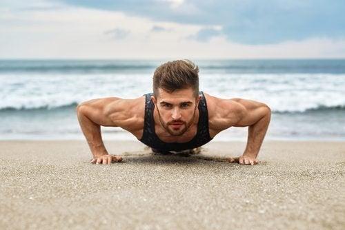 Ragazzo si esercita in spiaggia