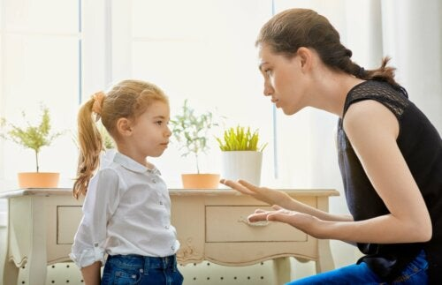 Madre che parla alla figlia.