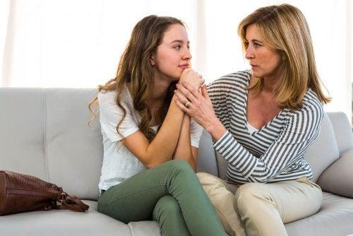 Madre che parla con la figlia