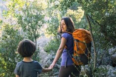 Madre e figlio a passeggio nei boschi.